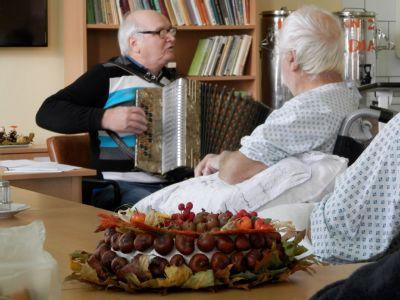Pacientům na LDN Nemocnice ve Vítkově zpříjemňuje čas podzimní tvoření i harmonikář