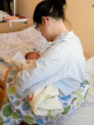 Nové kojicí polštáře v porodnici Nemocnice Nový Jičín usnadní maminkám kojení novorozenců