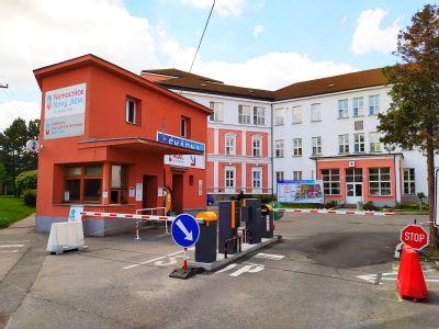 Bývalý heliport slouží u Nemocnice AGEL Nový Jičín zaměstnancům k parkování