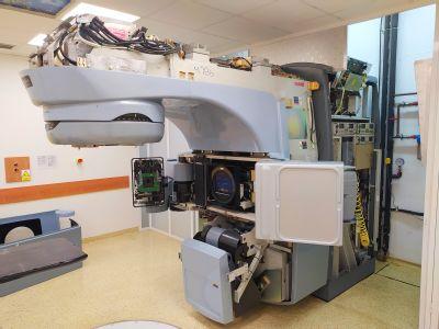 Lineární urychlovač sloužil v AGEL Komplexním onkologickém centru v Novém Jičíně 10 let.  Odborníci ho nyní demontují, aby uvolnili místo pro nový